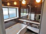 横長ミラーの設置でお風呂が一層広く感じられます。
