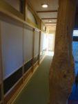 新着!! いかつい杉の変木柱をアクセントとした、まるで旅館のような廊下小さなところまですべてこだわり抜きました!