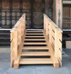 新着!!お寺に緩やかな勾配の階段を施工させていただきました。とても綺麗なヒノキを使用し、柱は柾目が正面を向いています!
