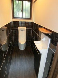 壁はお手入れしやすく楽チン♪手洗い上の台は手作りです!
