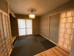 新着!!特注の木製建具と濃い色の縁なし畳で落ち着いた座敷となりました。