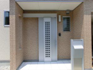 玄関の外壁のみ色を変えて温かみのある玄関に!!