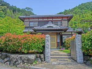 豊かな自然に囲まれた伝統的な和風住宅!! 茂る草木に良く映えます。