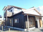 瓦屋根にモノトーンの配色で組み合わせた和風住宅