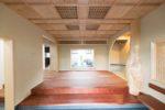 インパクトのある杉のデザイン変木柱や、格天井などで高級感溢れる玄関!!欄間は建て替え前の物の再利用です。