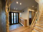 変木の階段の手すりが素敵です。